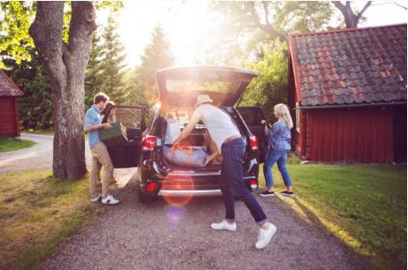 famille qui prépare la voiture avant les vacances