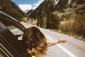femme passant la tête par la fenêtre de la voiture