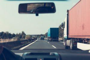 Camions sur l'autoroute